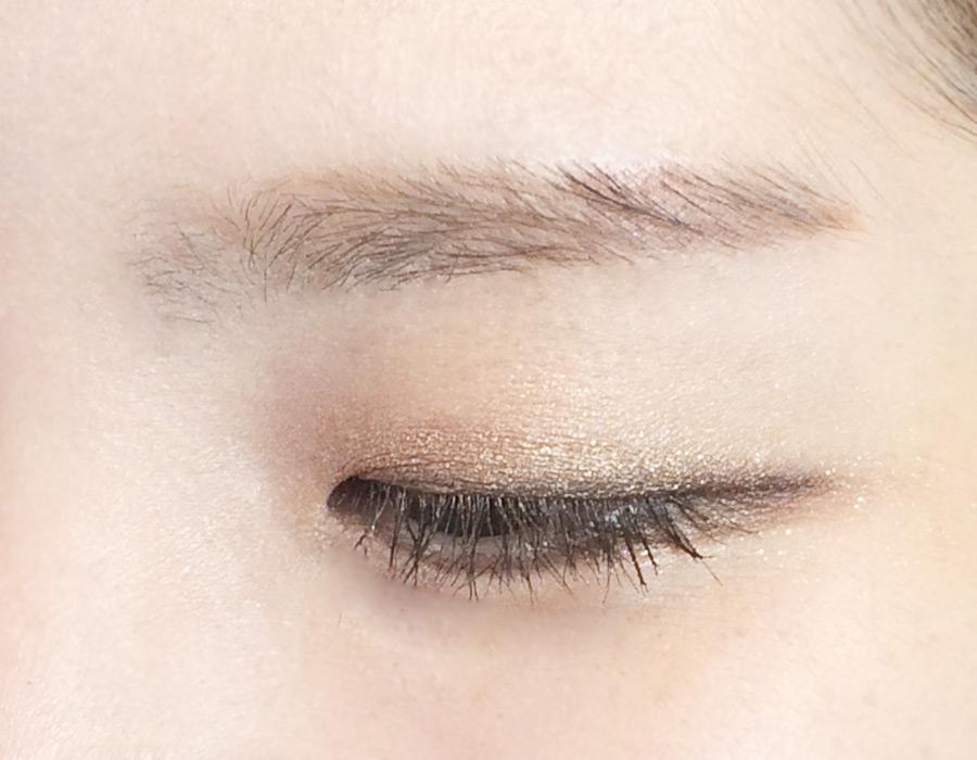 微微閉眼的時候差不多就是這種感覺!沒有高調的眼影色也沒有厚重的眼線,最適合日常的清淡單眼皮眼妝就完成了~~~