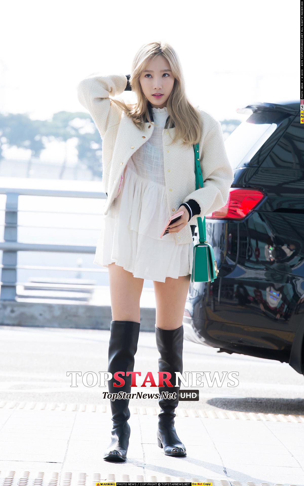 這身Banhala的白色洋裝+Juicy Couture的白色棒球外套,大家一定很熟悉吧!不同的是太妍將過膝長襪換成了過膝長靴!也是少女感爆棚!