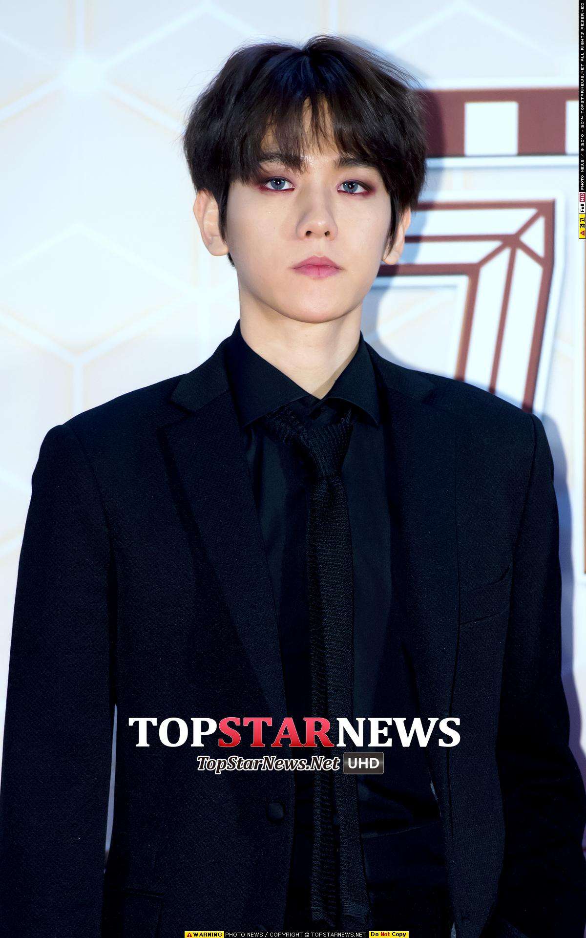 伯賢在去年12月底,KBS歌謠大慶典上的紫色煙熏妝,加上灰色美瞳,是不是很有一種吸血鬼的誘惑感捏?