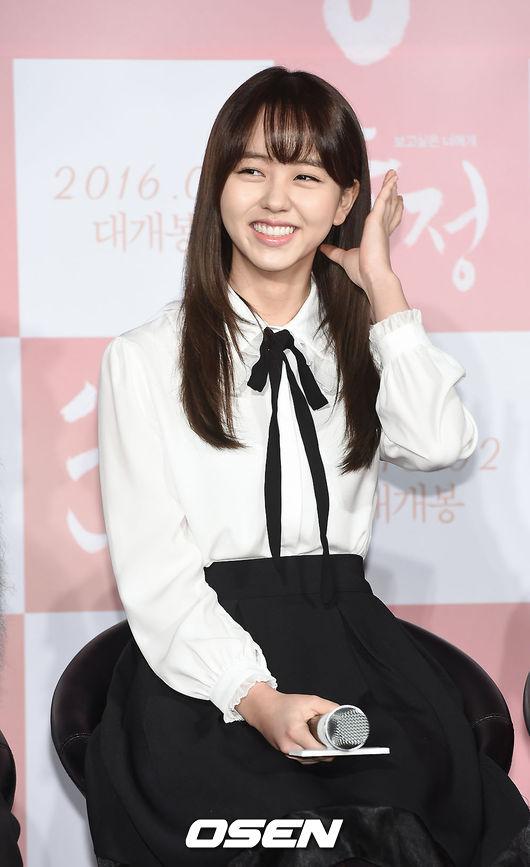 主持人就問她說:「那身邊的朋友知道妳要跟 EXO 成員演戲後,有什麼反應嗎?」