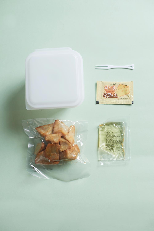 撕開外包裝,是一包榨好的地瓜,還有一包蜂蜜,一包芝士粉,把所有的食材放進白色的飯盒里拌一下,微波爐再加熱一會就能開吃了。吃完直接扔掉飯盒就好了,連洗碗都免了。
