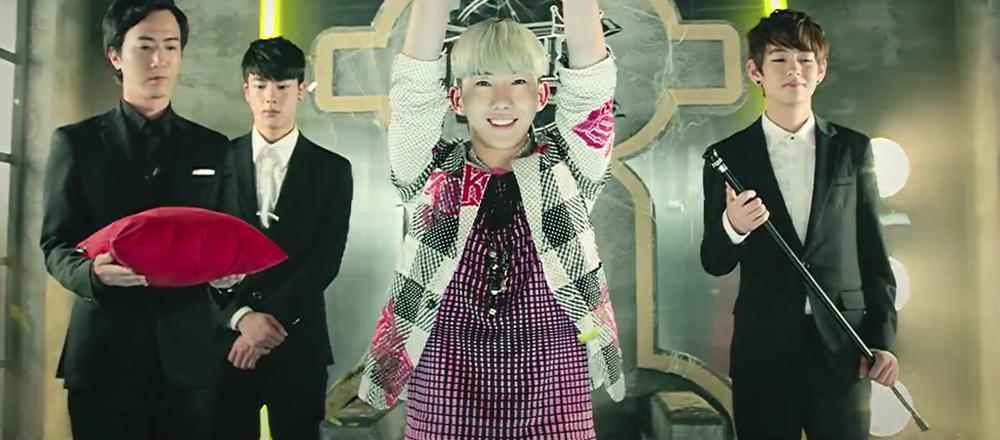 右邊那位你偷笑很明顯喔XDD 事實上,防彈少年團所屬經紀公司Big Hit娛樂本來是打理JYP娛樂藝人的宣傳,包含趙權、2AM的唱片合約等~難怪雙方會出現在同一個MV啦~