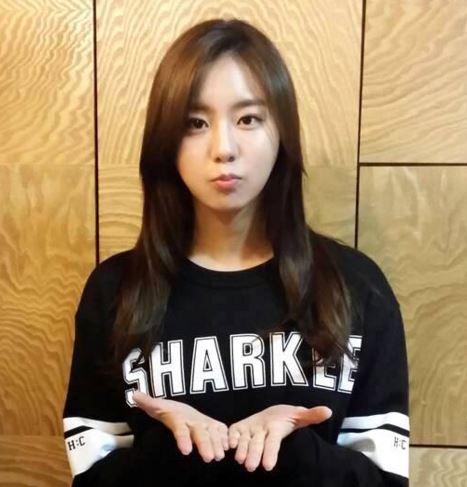 2009年,以嘉熙、正雅、珠妍、小英、Bekah5人組出道,,, U-IE加入發行數位單曲<Diva>