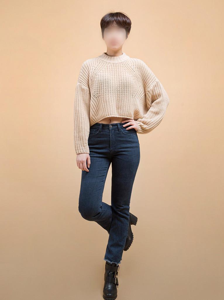 或者可以像Krystal一樣,搭一件短褲上衣,微微露出來的小肚子還多了一點小性感。再用粗高跟裸靴来拉伸视觉长度。