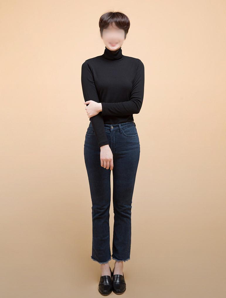 高領毛衣和喇叭褲兩個都非常難以駕馭的單品搭配在一起,反而會很和諧~~