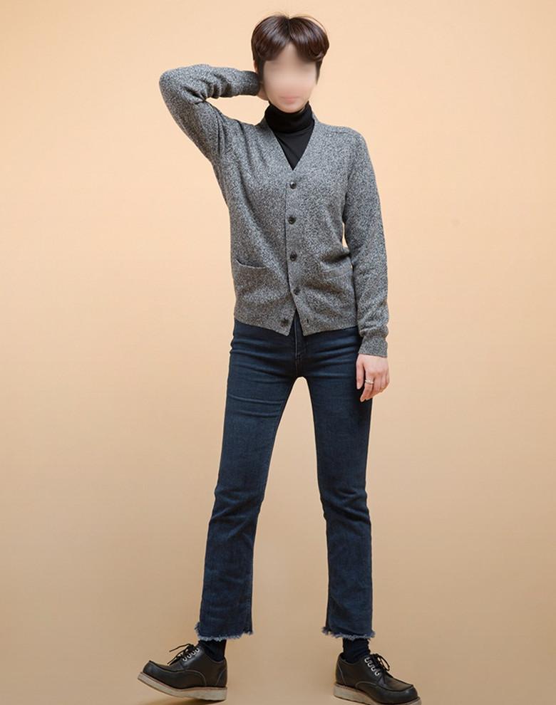 或者還可以再外搭一件開領毛衣也很不錯啊~~~