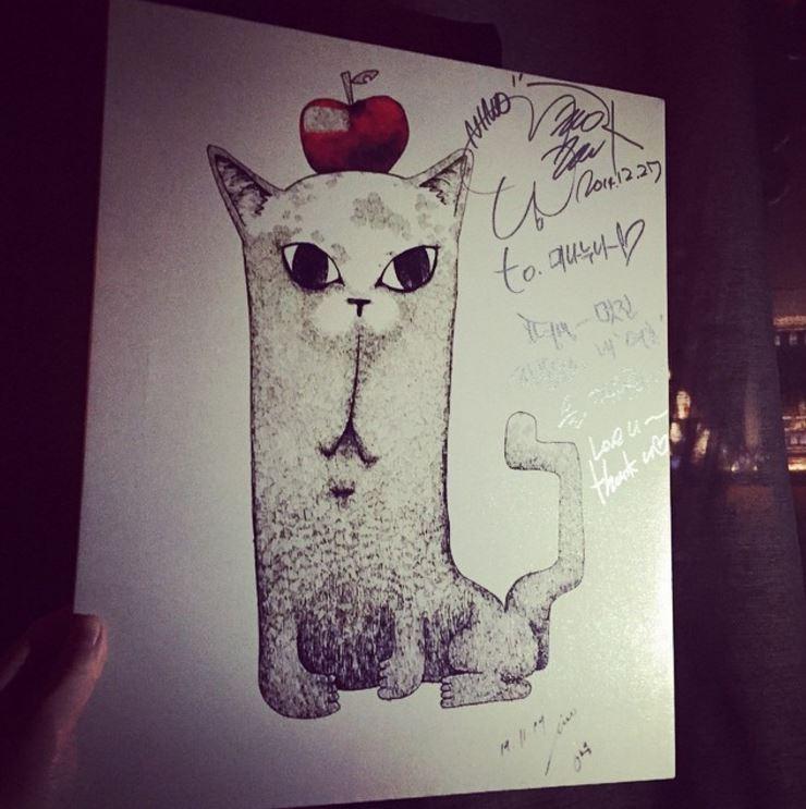 從許多照片中透露出和YG插畫藝術家-Mina Kwon關係不一般,像是MINO曾經親手畫了這幅畫送給Mina Kwon