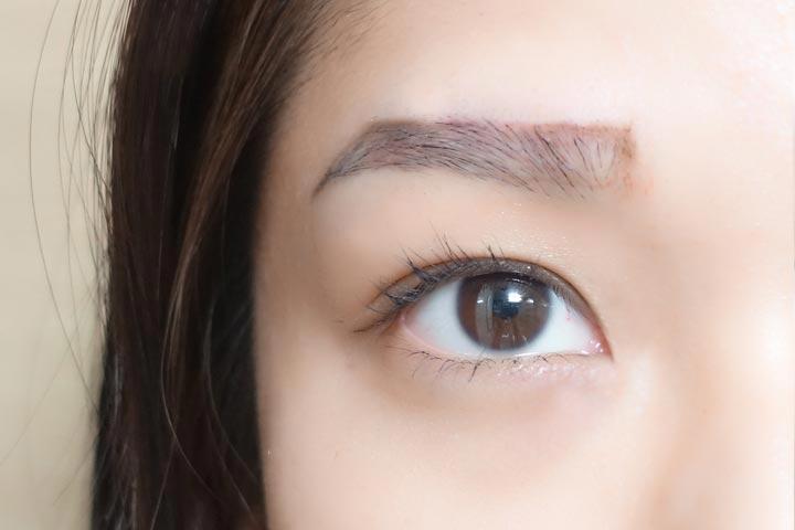 根據剛才找準的眉頭、眉峰和眉尾,用眼線筆連在一起就畫出了一字眉的大概形狀了!