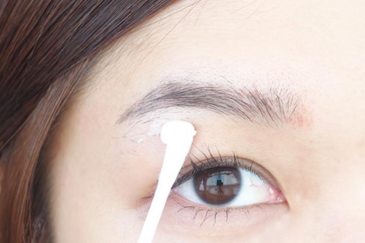 正式修眉之前,一定要在眉毛周圍充分的擦上保濕成分的乳液或者面霜,尤其是要拔眉毛的時候,因為眼皮周圍的皮膚比較敏感。