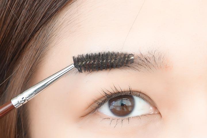 擦完乳液后,用眉刷把眉毛刷刷整齊。