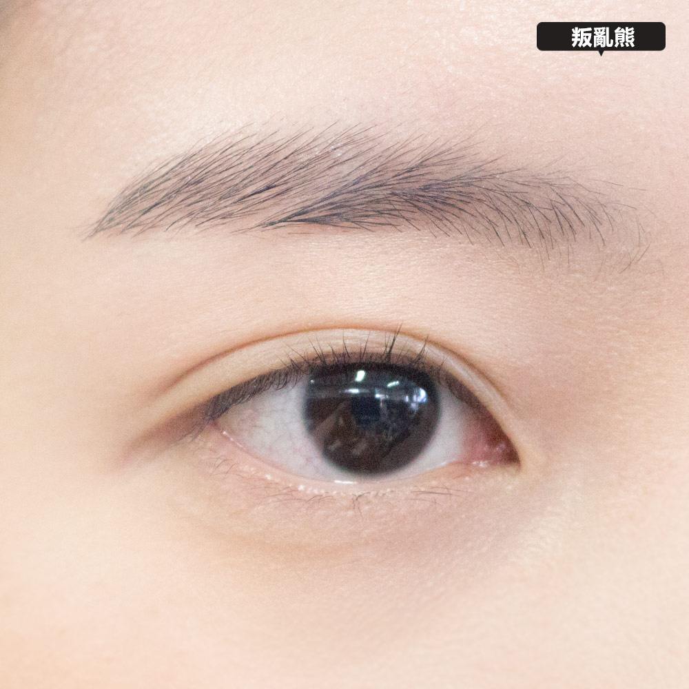 擦好底妝之後,為了讓眼妝更持久,可以先用蜜粉或是眼部打底膏打底