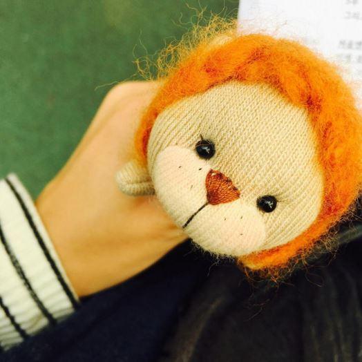 撿到了學長送洪雪的娃娃,卻硬扯說是自己的,還讓洪雪莫名被冷眼,另外還有在不知道是洪雪弟弟的情況下,偷拍設成桌布被看到,就說是男朋友(翻白眼)
