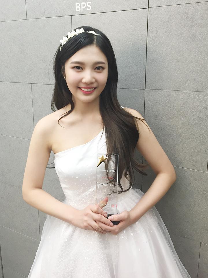 ►Red Velvet Joy X 白雪公主 Joy白皙的肌膚,讓網友們說她和白雪公主很像,加上可愛肉肉的臉頰~是不是更像了呢?