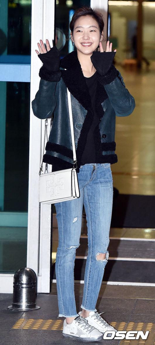 在韓國火了整個冬天的麂皮羊羔外套,最常見的就是黑色和駝色,而金高恩卻選擇了很難駕馭的青綠色,搭配藍色破洞牛仔褲,中性風裝扮盡顯帥氣。