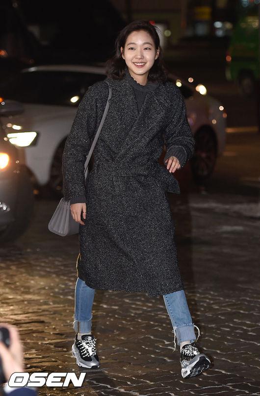 冬天的呢子大衣,不管是顏色還是設計,金高恩都選擇了偏男性風的~~