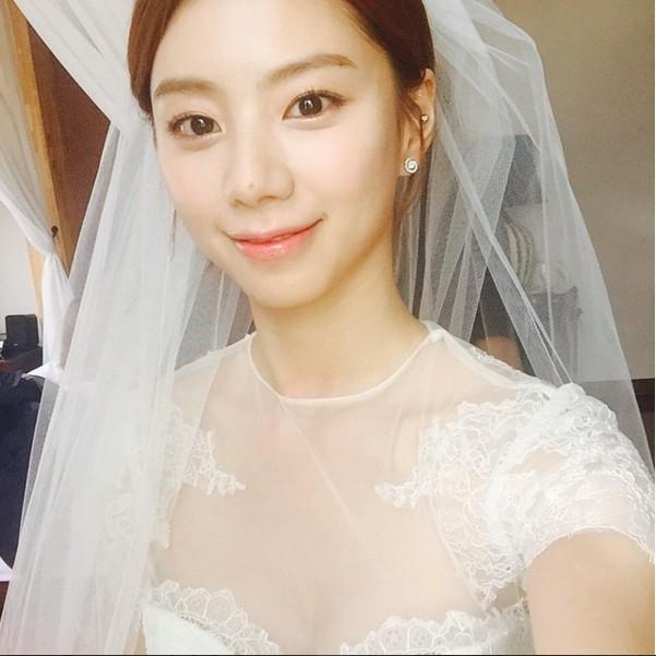朴秀珍在拍攝KIM FEEL的MV時,以一襲婚紗配上珍珠耳環,完全美麗!