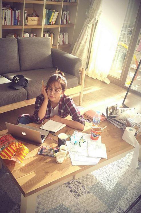 而是編劇作家志願生啦XD  首次擔任女主角的Yuri~在新劇《鄰家英雄》中飾演一位BAR鄰居的長期打工生,夢想成為寫出賣座電影的編劇作家。