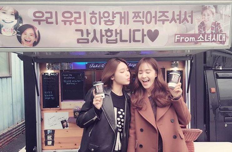 首次當女主角~身為姊妹的少女時代也送上了愛心餐車啦! 話說秀英和Yuri手上拿的咖啡杯也是個亮點…!
