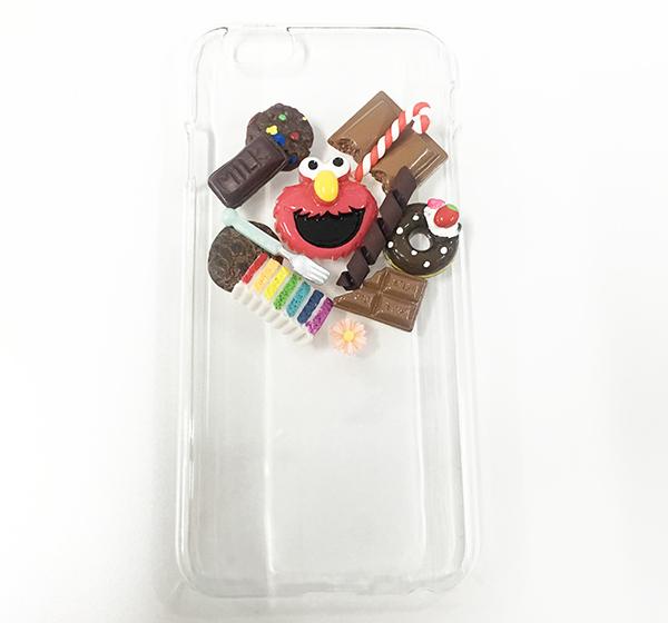 這種手機殼的製作方法也非常的簡單! 在手機殼上按在自己想要的風格把個個小飾品粘上就可以了!