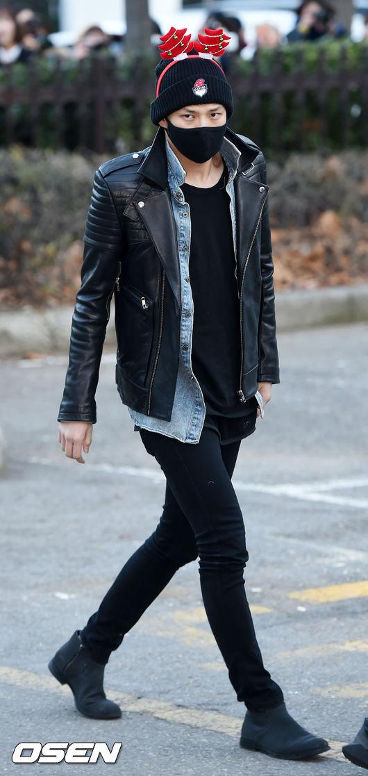 或者給男友來個混搭風吧!上衣從里到外依次變短~~~原來丹寧外套和皮衣也可以這麼match啊!