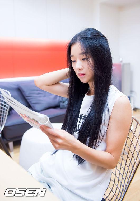 在演技和藝能上都受到韓國網友的稱讚,但是這樣的她… 過去曾經在採訪過程中,透露自己比任何人,對於以藝人這樣的身分生活的這件事感到抗拒。