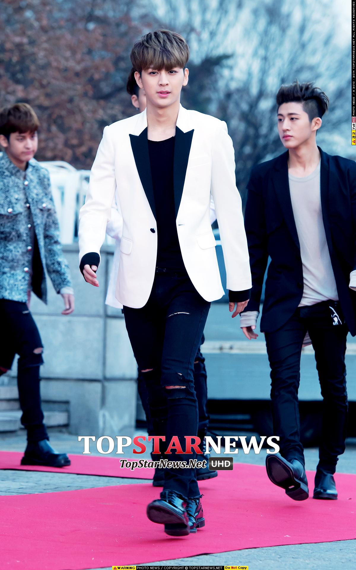 西裝真的不是上班族的專屬,韓國男生總是能把西裝穿得這麼休閒范兒~~內搭T、褲子、鞋都是搭配重點。