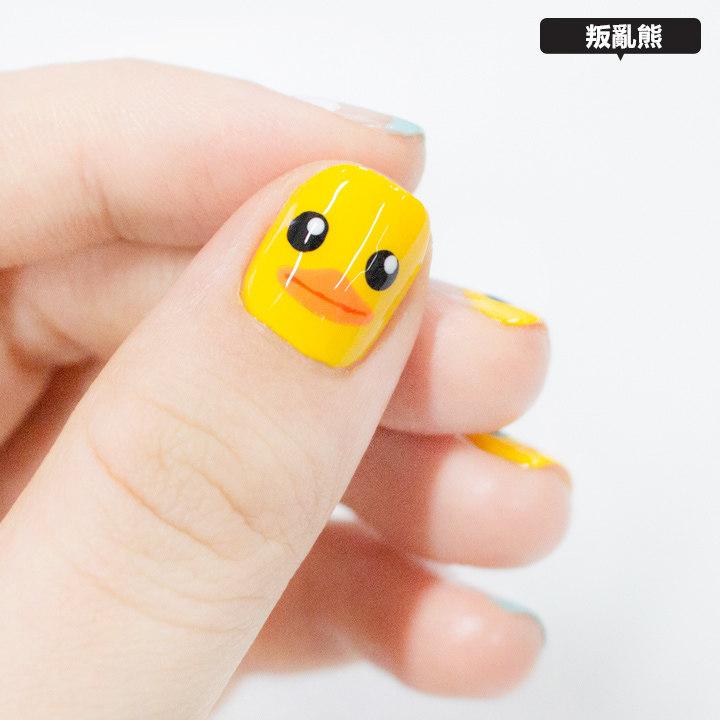 大拇指是畫上滿版的小鴨~ (但後來才發現只有他跟別人的方向相反...)