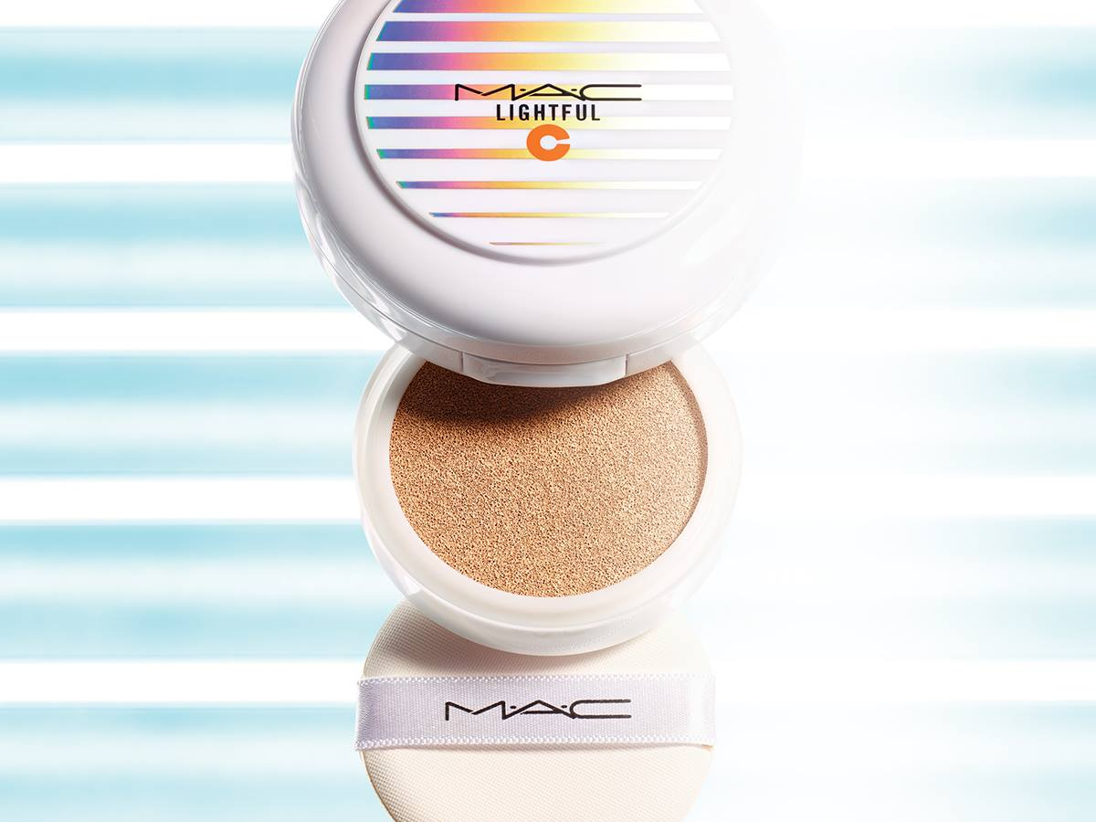 MAC推出別名「Selfie Cover Cushion」的氣墊粉餅.....無需補妝也能展現自然細滑的肌膚...據說自拍都不用磨皮的呢....很好奇這是真的嗎?XDD :)