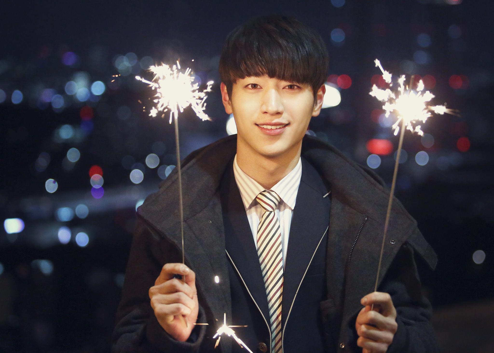 徐康俊在《華政》中飾演一位陷入悲劇愛情的傲嬌冷美男,但在《捕鼠器裡的奶酪》中卻如此有熱情又很暖男♥雖然還是很傲嬌XD
