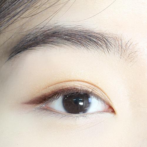 現在是深棕色眼線筆登場的時候了!根據你的眼形來畫~~ 不必全畫,大概從瞳孔中間開始畫到眼尾就好了,最後拉長眼尾。  *比起眼影,眼線筆顯色度更高,更容易打造深邃的眼窩