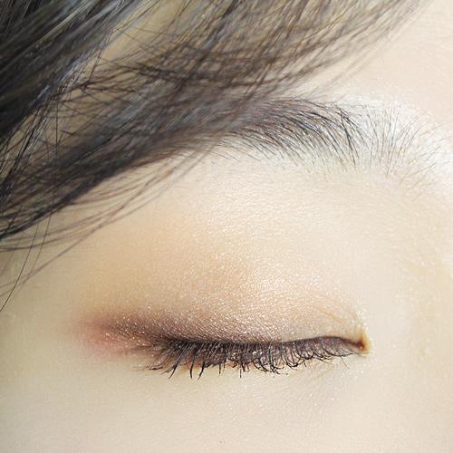 眼線筆畫完眼影很容易留下明顯的界限, 所以畫完后一定要用手來回暈染一下。