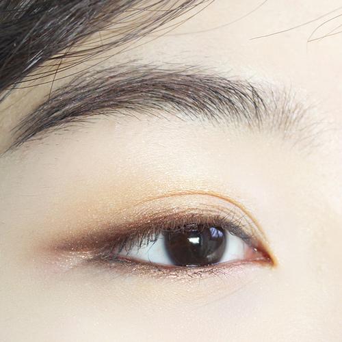 為了讓你的眼妝看起來更清晰、立體, 最後再用深棕色眼線筆畫一下下眼線~~