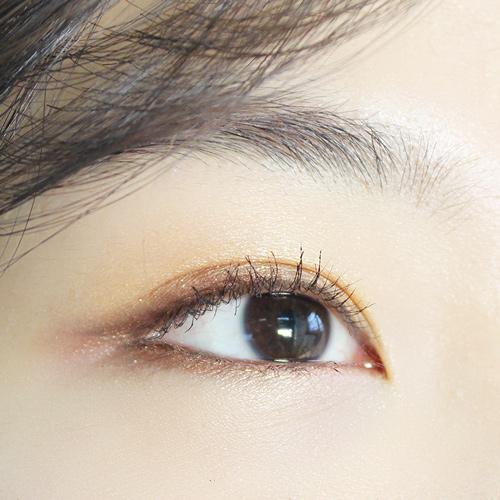還是從前面看,都充滿誘惑力啊♥ 而且比起眼影粉,眼線筆畫出來的眼妝更持久、更不容易暈染