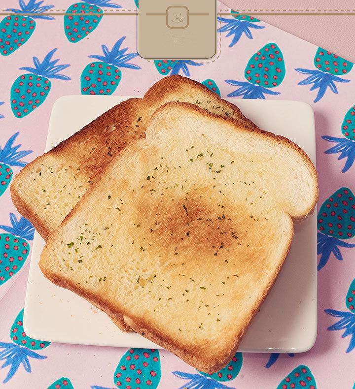 將將~香噴噴的大蒜麵包就出爐啦~ 大蒜抹醬會整個滲入到吐司裡面,讓每一口都會有濃濃的香氣