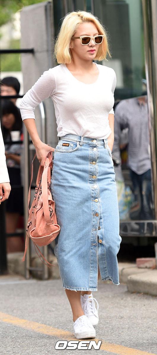 4.丹寧裙 孝淵穿的這款長款開叉丹寧裙特別適合酷女孩,更是百搭,上身隨便搭一件T,踩上運動鞋,就可以隨性的出門了。