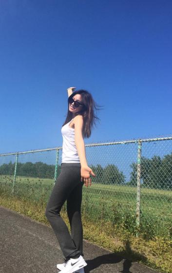 娜恩的這一身休閒褲+長背心的保守搭配,就也很適合晨跑!
