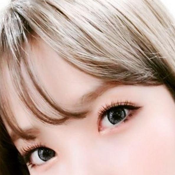這次的眼妝也讓網友們不斷讚美:「真的好美,讓我嚇了一跳!」、「眼睛下方的眼妝也很用心呢!真漂亮」