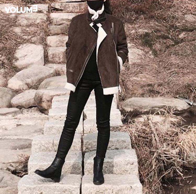 最簡單的全黑穿搭和咖啡色的小羔羊外套,帥氣指數100~
