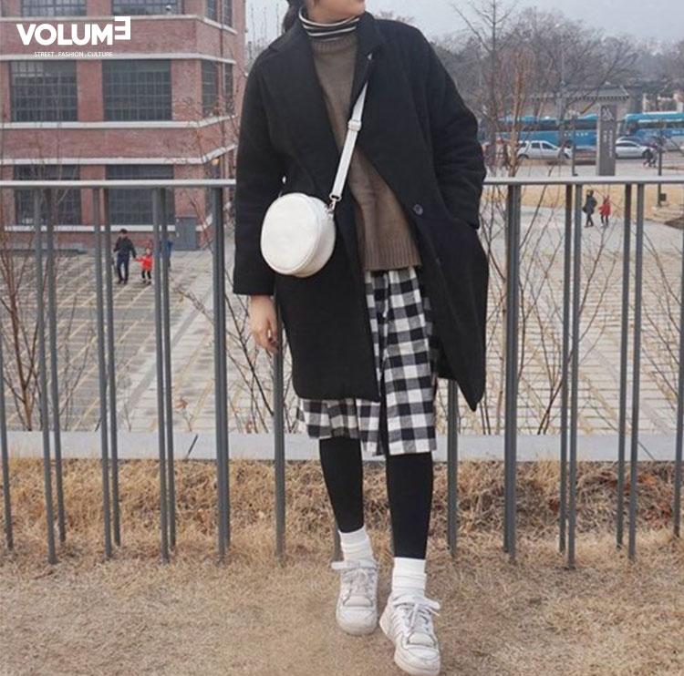 主要以黑白兩色做搭配,衣服的單品都是以黑色為主,怕整體看起來太暗的話,可以像這樣配上白鞋和白色包包~