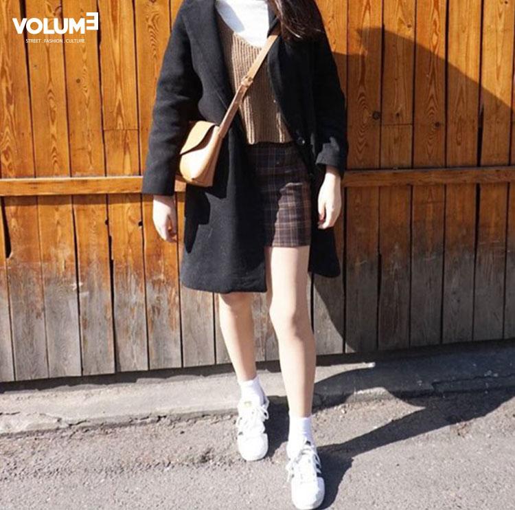 最近很流行的洪雪款針織短背心和格紋窄裙搭起來超可愛的阿~(小編也想要投資一件...)