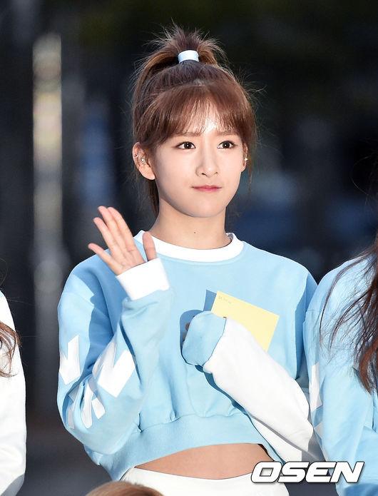 清純的臉龐,加上纖細的身軀,讓韓國媒體稱讚她和少女時代的潤娥有點相像,雖然小編覺得不是很像,但青春的氣息倒是有一點潤娥的影子~