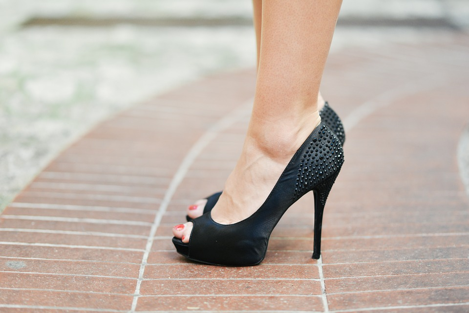 根據研究腳大拇趾疾病拇趾外翻症的學者的研究表明,大約90%女性的都穿著和自己的腳不相匹配的鞋子。