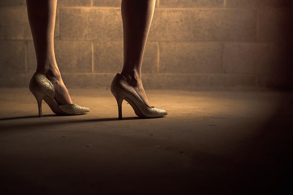 或是站著工作的情況,,,,用一邊腳站著等,,,可能會影響步行及姿勢的均衡,,,,後天地造成腳背弓形,腳部變寬~
