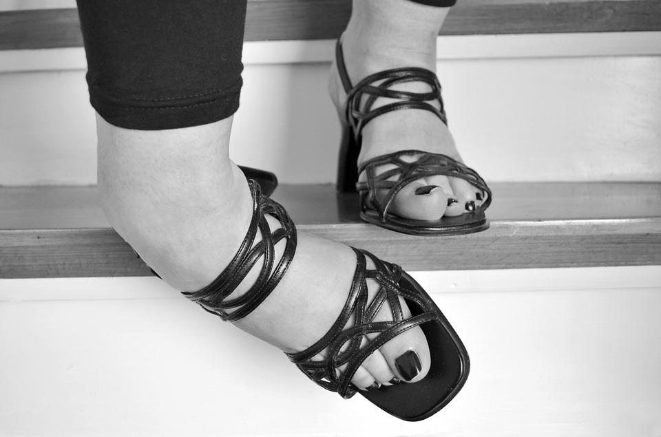 一整天都穿著鞋子走來走去,腳慢慢地浮腫!為了腳部的健康,腳趾能夠自由的活動,最好是選擇稍稍寬鬆一點的鞋子哦~