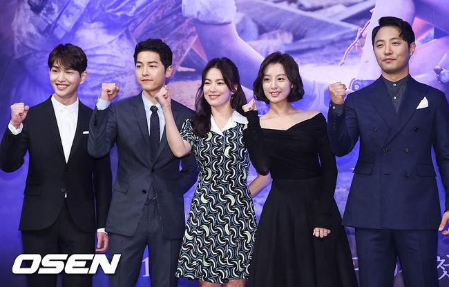 ✿TOP 1 - KBS2《太陽的後裔》 話題指數:5518.6 話題佔有率:23.1% ※主要在講述一位聯合國維和部隊軍人(宋仲基飾)與無國界醫生(宋慧喬飾)兩人相愛的故事。因為是宋仲基退伍後的首部戲劇,加上攜手宋慧喬演出,未開播就已經受到高度矚目。
