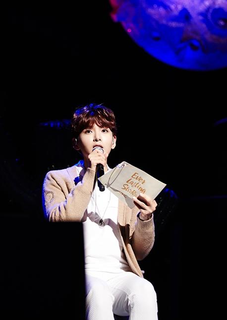♡ 甜蜜嗓音擁有者 3 號:Super Junior 厲旭  第三位被網友點名的就是 Super Junior 的主唱厲旭,主持晚上廣播的他,甜蜜的嗓音跟廣播的氛圍很相襯呢。