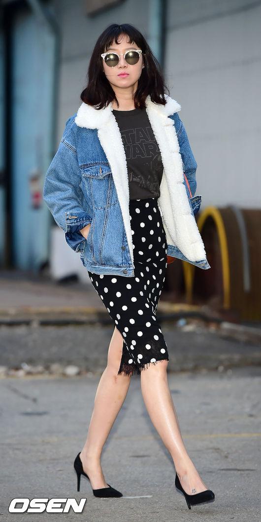 就是這套!韓國網友表示… -「從來沒有想過羊毛牛仔外套…居然可以搭黑色尖頭高跟鞋…」 -「不愧是孔lovely」