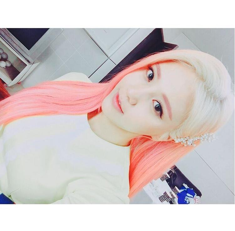 最近正在以 AOA CREAM 小分隊活動的惠晶,也染了一頭亮眼的粉紅色頭髮。