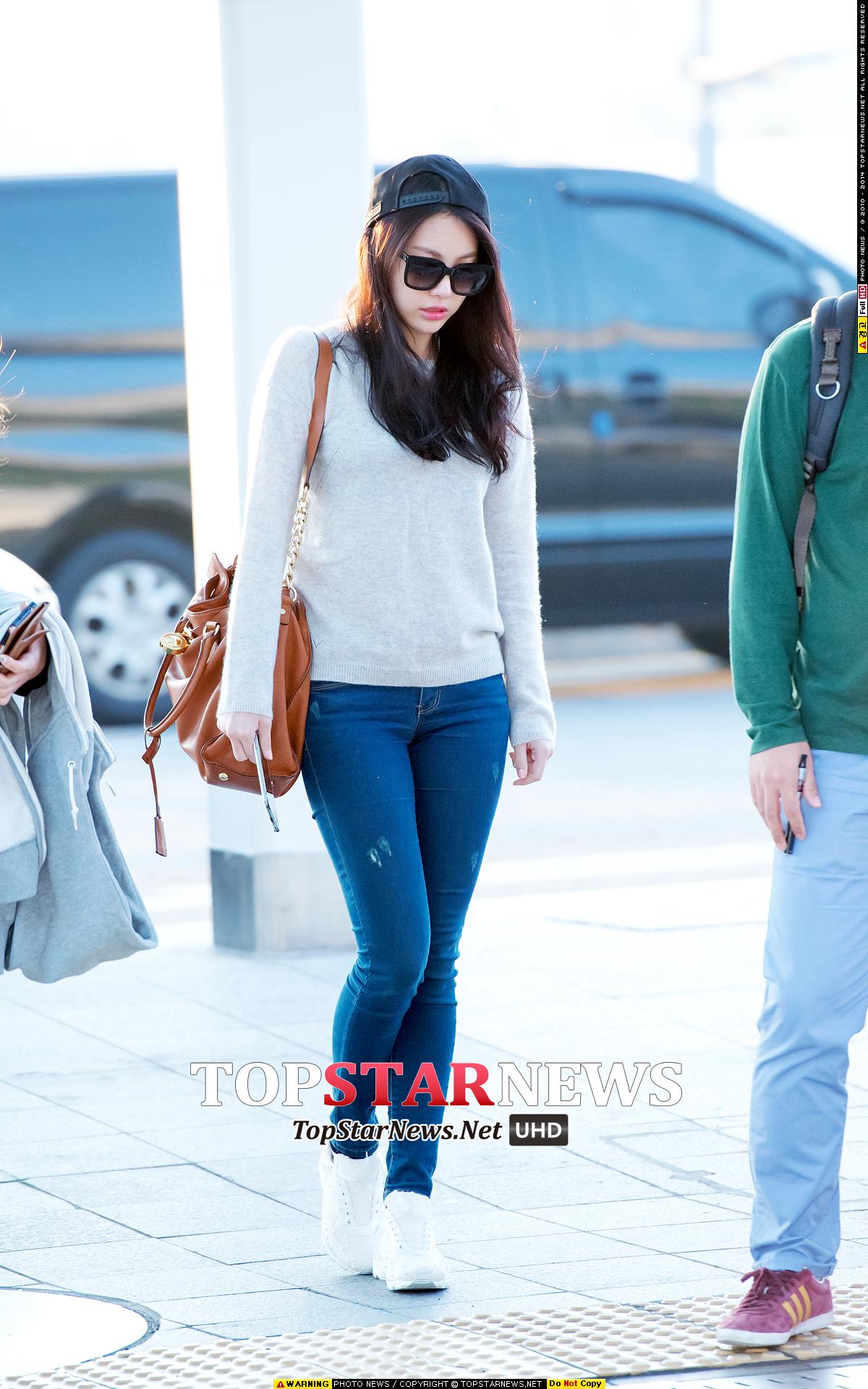 超簡單的緊身丹寧褲+針織衫+白運動鞋,Yura卻用反戴的棒球棒,展現出隨性的時尚風。