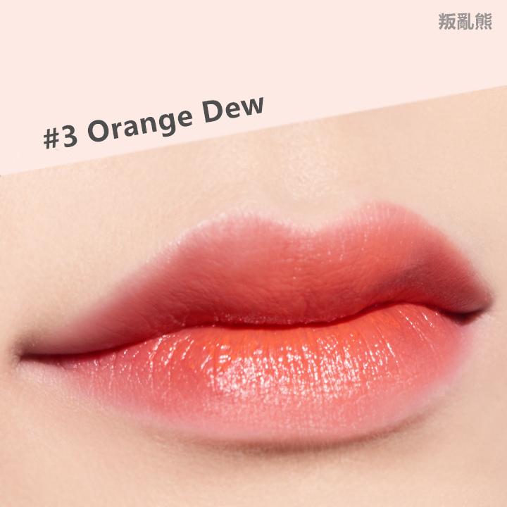 擦上嘴唇後,比想像中的還濕潤,顏色也不像是擦在手上那麼橘~擦起來很順,所以用來畫咬唇妝也很適合